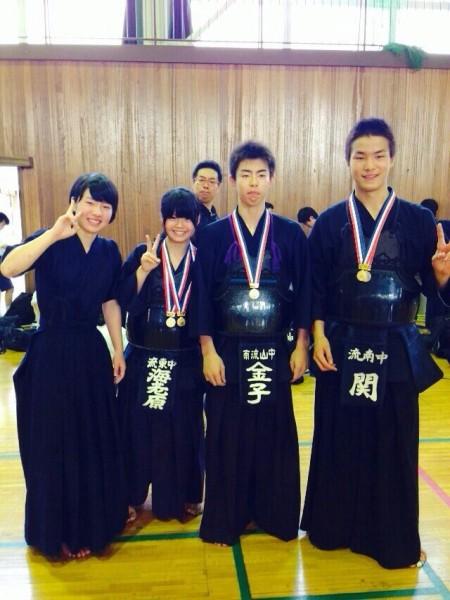 葛北大会男子個人優勝関航基君(右)、女子個人優勝の海老原亜希さん(左から二人目)