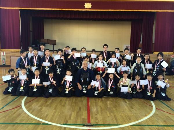 小松崎支部長を囲んで全員で記念写真